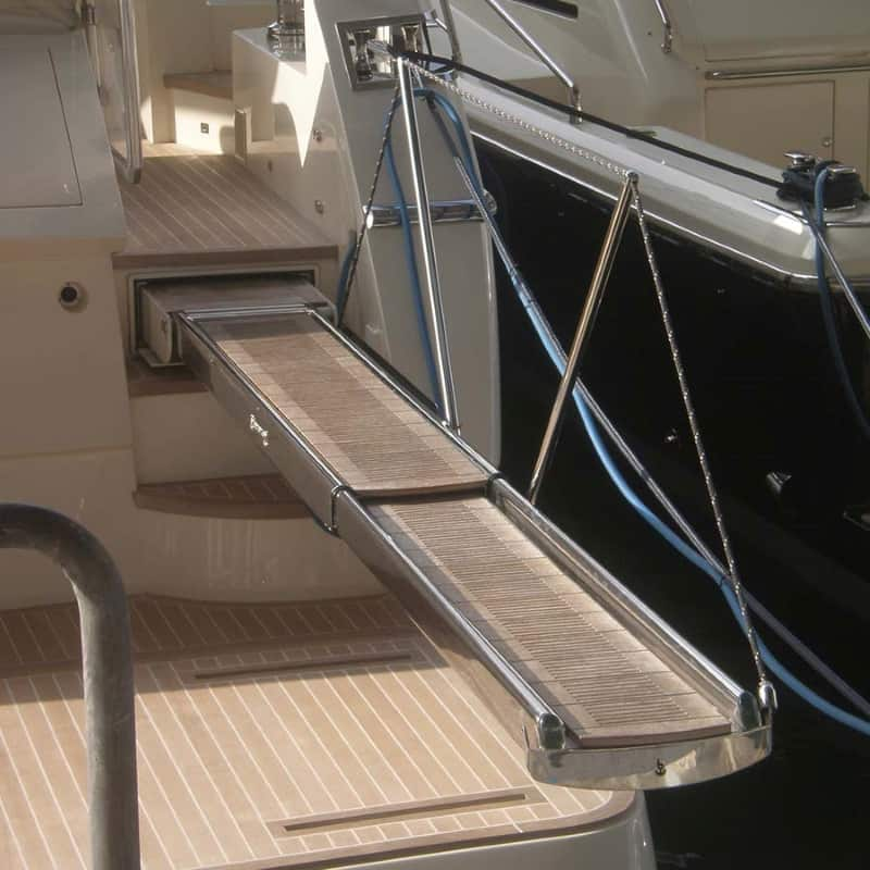 superyacht with retractable hydraulic gangway - besenzoni - gineico marine